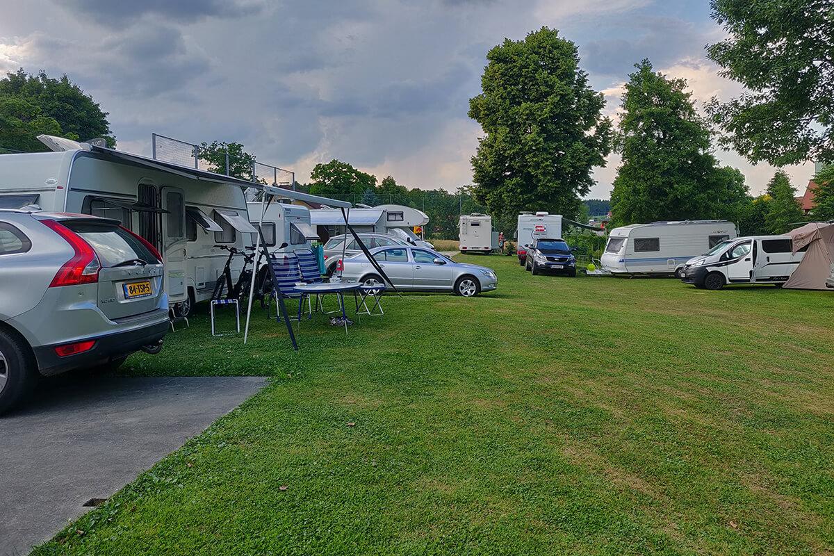 weinland-camping-gleinstaetten-see-camping-wiese